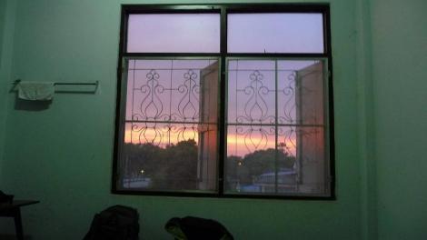 La vue de notre chambre à Petchaburi (Thaïlande). Pas un grand standing, mais une vue sur la rivière et 260 Bath.