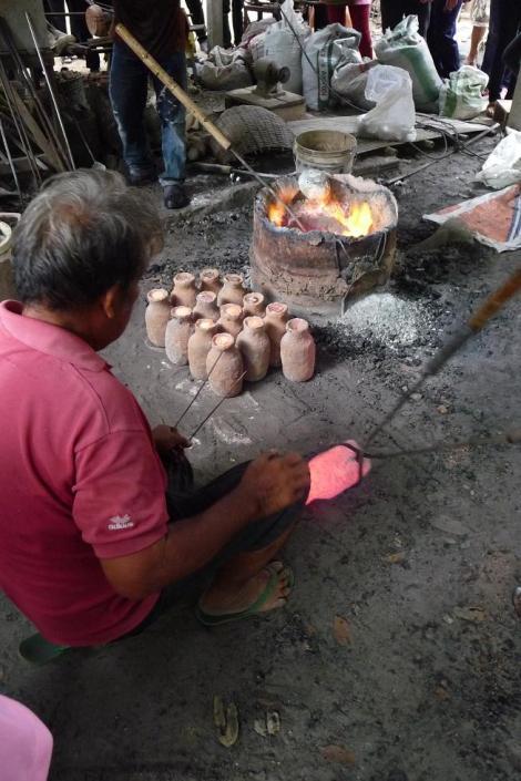 Le petit pot de terre (rouge) bien cuit et prêt à recueillir son bronze