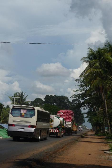 Camion surchargé et ses copains bus
