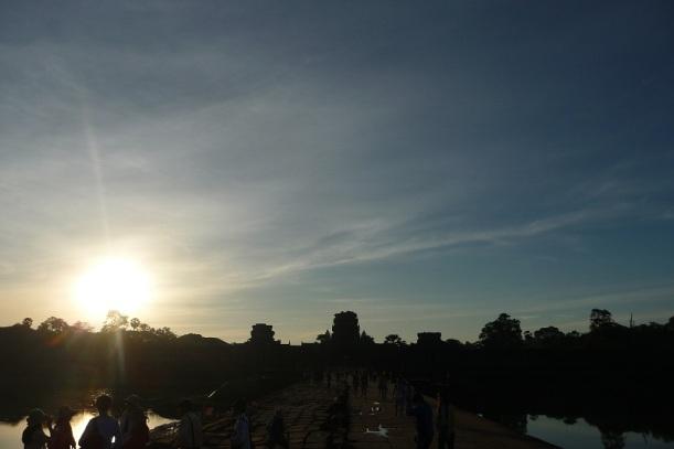 Voir le soleil se lever sur Angkor et mourir...
