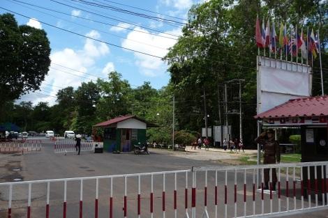 Au loin, c'est la cabane des douaniers Thaïlandais.