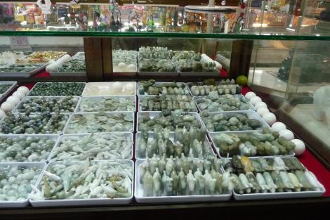 Des objets en pierre, dont les fameux oeufs, qu'on se demande bien à quoi ça peut servir!