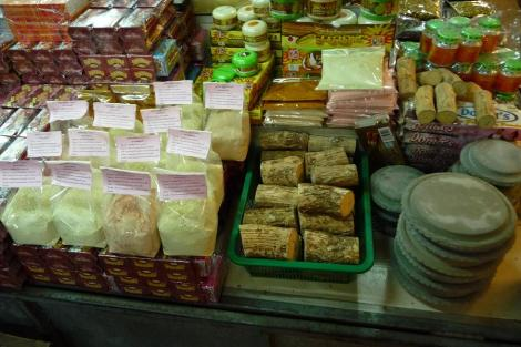 La fameuse crème thanaka, obtenue à partir de la poudre, obtenue à partir du petit bout de bois râpé sur la pierre. Pour un teint de jeune fille