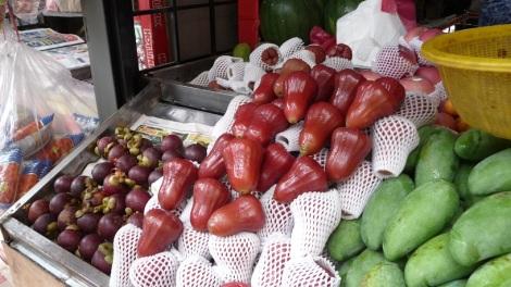 Le fruit du milieu ? Des pommes. Oui, oui.