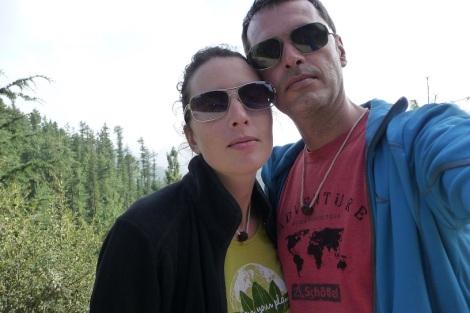 Un couple qui rayonne de bonheur