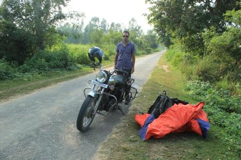 Voyez la joie de l'homme qui va pousser 200 kilos avec une pneu à plat sur un faux-plat de plus de 2 kilomètres
