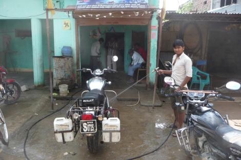 Une douche pour Rajesh, et ça repart !