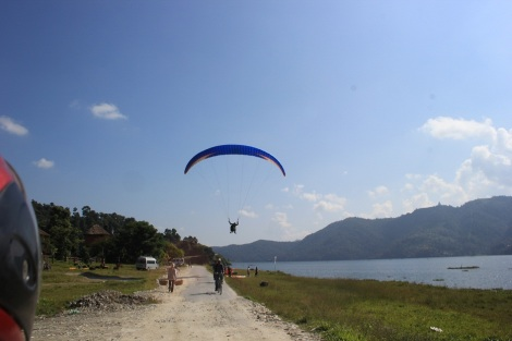 Blog bord de lac et un parapente