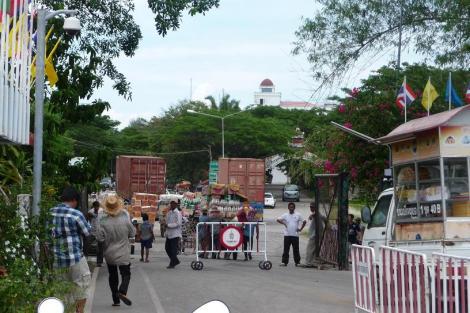 La frontière entre la Thaïlande et le Cambodge. Evitez tant que possible les gros points de passage !