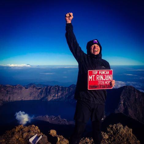 Il est important de savoir que sur cette photo, Shaun ne remercie en aucune façon un Dieu quelconque mais célèbre ses testicules qui lui ont donné le courage de courir et de finir un marathon de montagne de taré sur le Mont Riqni en Indonésie... et ça mes lapin c'est pas de la roupie de sansonnet, alors chapeau bas!